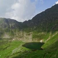 29_Lago_di_Valbona_col_Monte_Poiat_e_la_cresta_di_Cima_di_Val_Asinina.JPG